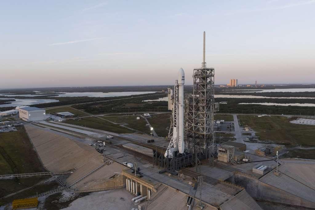 Le premier lanceur Falcon 9 réutilisé de SpaceX. Il est ici vu quelques heures avant son décollage sur son pas de tir du Centre spatial Kennedy de la Nasa. © SpaceX