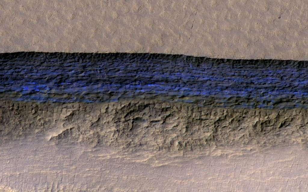 Les différentes couches de glace accumulées sont bien visibles sur les parois de cette falaise. Une véritable coupe transversale dans le sol de Mars. © Nasa, JPL-Caltech, UA, USGS