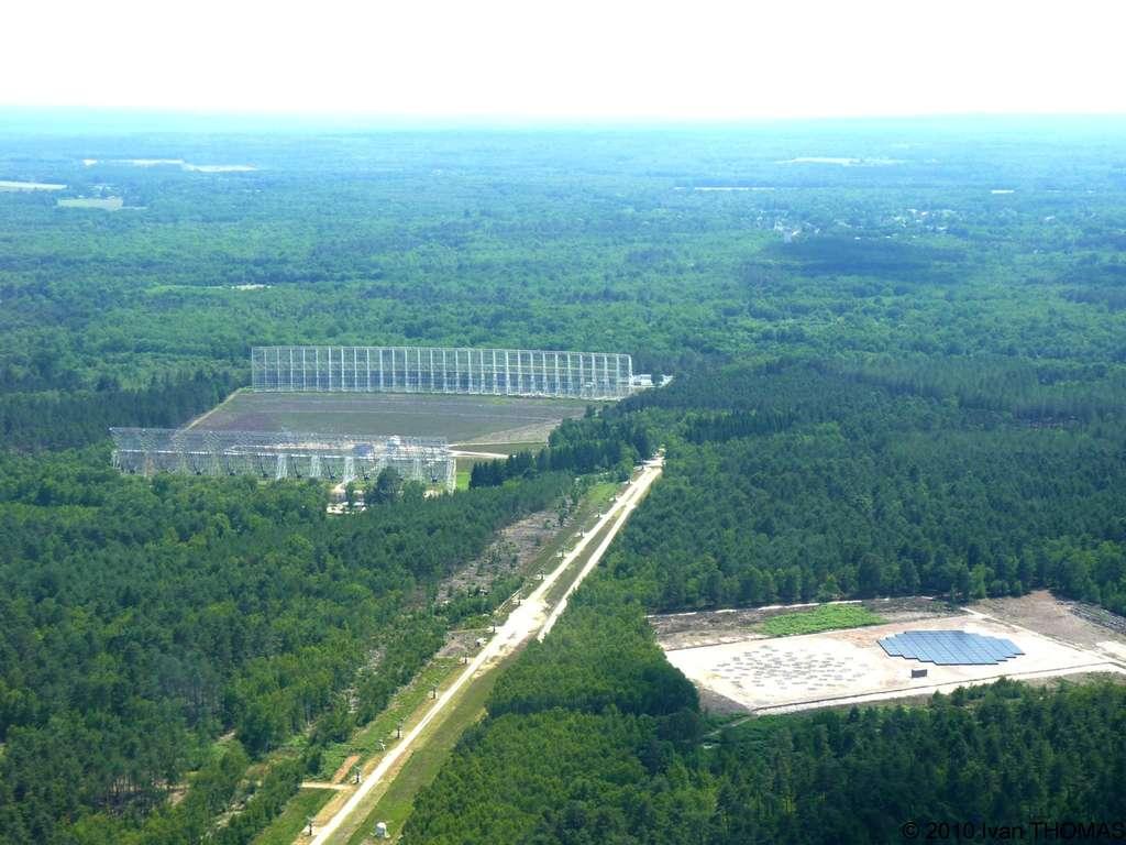 En France, les antennes de Lofar (en bas à droite sur l'image) sont installées dans la station de radioastronomie de Nançay. © Observatoire de Paris/Lofar/Ivan Thomas