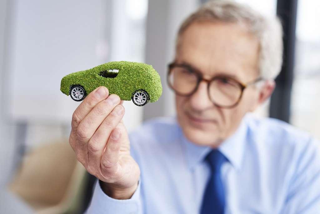 Une voiture qui émet moins de CO2 en roulant, c'est bien. Mais faut-il vraiment mettre à la retraite toutes nos voitures à essence de manière anticipée ? Les chercheurs de l'université impériale de Kyushu (Japon) n'en sont pas si sûrs. © gpontstudio, Adobe Stock