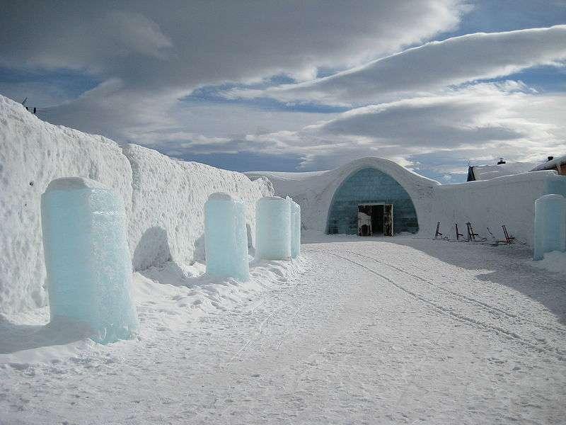 Entrée gelée d'un hôtel de glace, en Suède