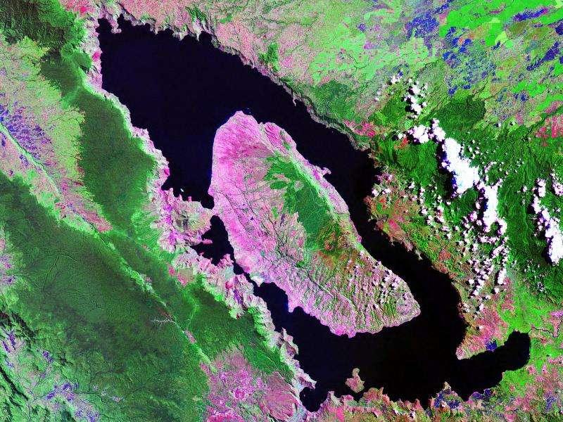 Une vue satellite du site de Toba ou se trouve désormais un lac. La théorie de la catastrophe de Toba a été proposée pour la première fois par l'anthropologue Stanley Ambrose. L'éruption du volcan qui s'est produite il y a 73.000 ans était si puissante qu'elle aurait refroidi l'atmosphère d'au moins 3 °C en moyenne, durant des années. © Nasa, Wikipédia, DP