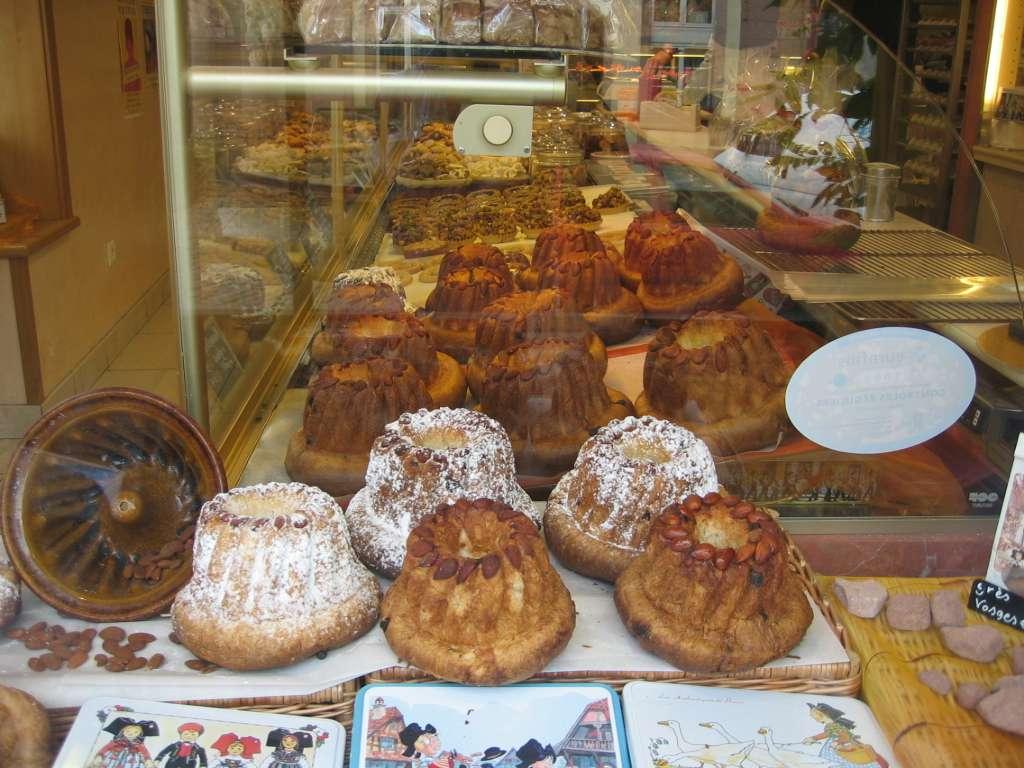Le kouglof, ici en vitrine d'une boulangerie, comporte plusieurs orthographes correctes, telles que kougelhopf, kougelhof, kugelhof, kugelopf ou encore kugelhopf. © Arnaud 25, Wikipédia, DP