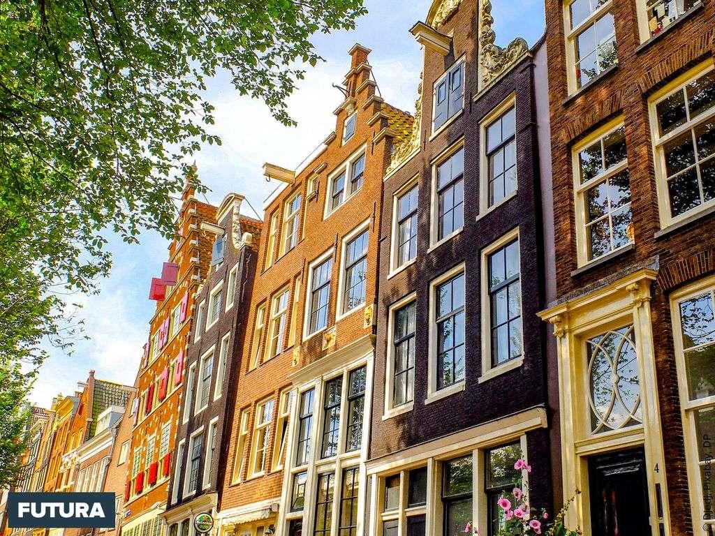 Amsterdam, maisons typiques le long du canal