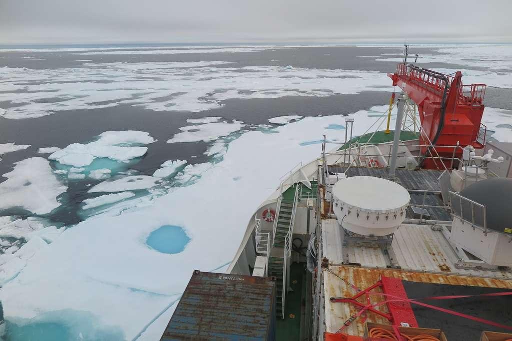 Le 16 août 2020, le Polarstern, le brise-glace allemand, se trouvait dans la dernière zone de glace pour l'expédition Mosaic. Deux jours plus tôt, la concentration en glace mesurée là n'était que de 50 % par rapport à celle habituelle. Un record ! © Felix Linhardt, Université de Kiel