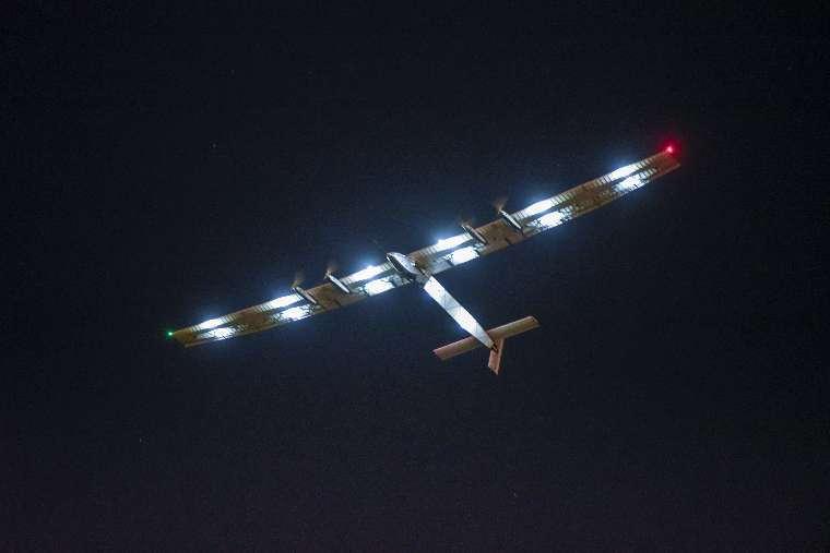 Parce que, sur 24 heures, sa consommation d'électricité est plus faible que la production des cellules photovoltaïques, le SI2 peut, l'été quand les nuits sont suffisamment courtes, voler la nuit. On le voit ici lors d'un vol d'essai en mars dernier. © Solar Impulse/Revillard/Rezo.ch