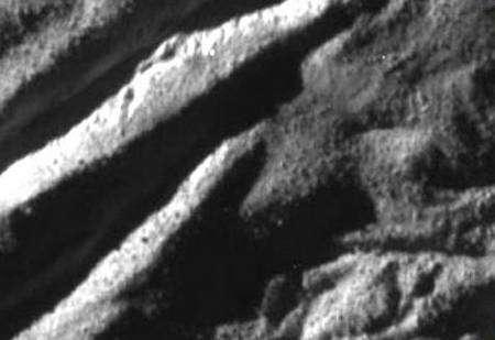 Traces d'éjectas dans Baghdad Sulcus (agrandissement de la partie supérieure de l'image précédente). Crédit : NASA/JPL/Space Science Institute.