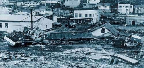 Kodiak, Alaska. Le 27 mars 1964 un tsunami a provoqué 21 morts et 30 millions de dommages sur la ville de Kodiak et ses environs.