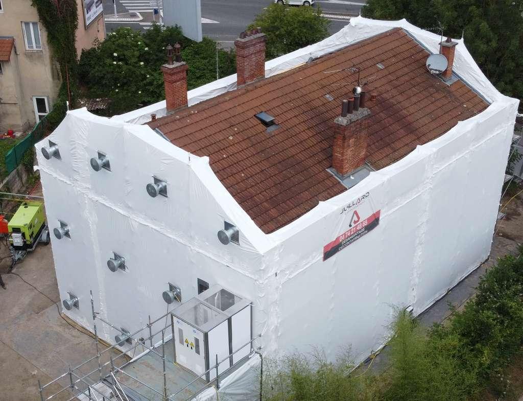 Désamiantage des façades d'une grande maison individuelle en région lyonnaise. © Juillard Environnement