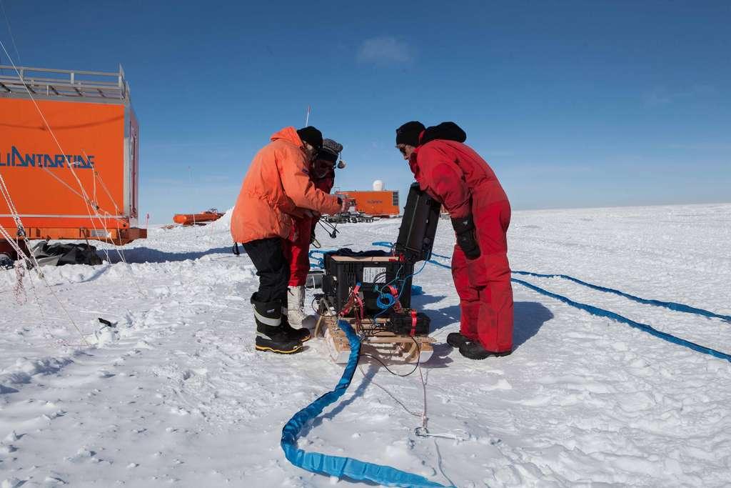 Préparation pour les relevés radar afin de cartographier le socle rocheux et les couches de glace sous la neige en Antarctique. L'appareil est tiré par une dameuse. © Luca Vittuari, PNRA