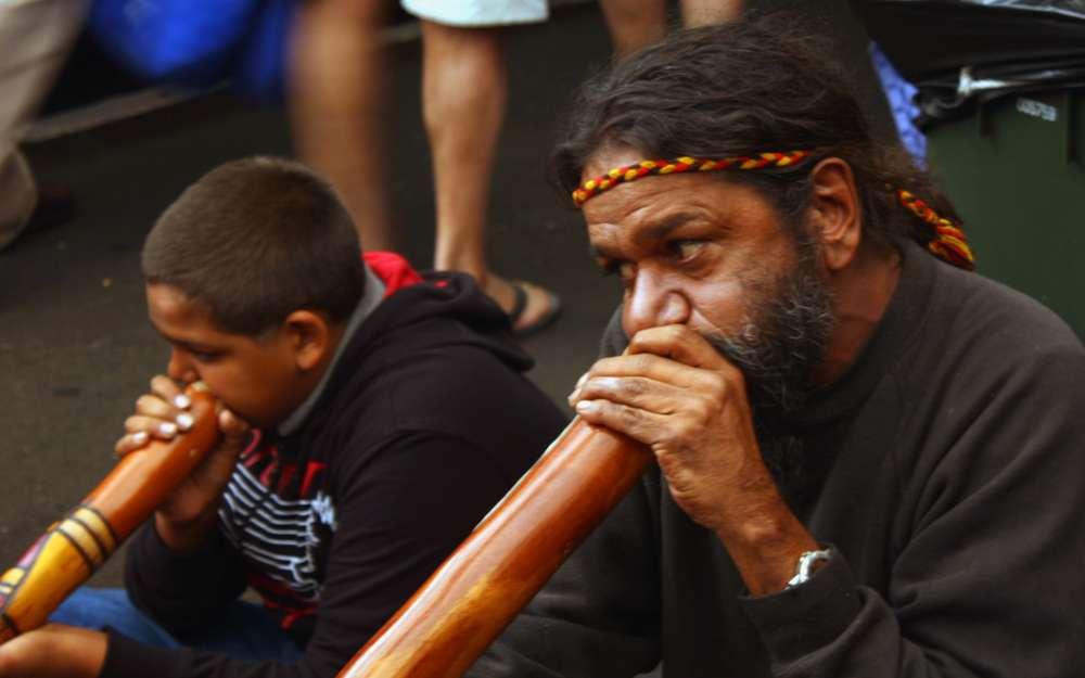 Joueurs de didgeridoo. L'usage de cet instrument pourrait remonter à l'âge de pierre, voilà 20.000 ans. © Cicely Binford, Wikimedia Commons, cc by sa 3.0