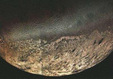 La surface de Triton, vue par Voyager 2 le 25 août 1989.