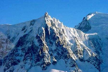 L'aiguille du Midi, la plus haute des aiguilles de Chamonix, culmine à 3.842 mètres.