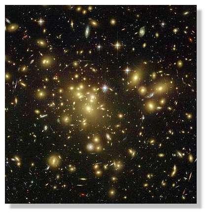L'amas de galaxies Abell 1689 observé par le télescope spatial en 2003. Toutes les grandes structures de l'Univers doivent leur existence à d'infimes fluctuations de la densité de matière primordiale. © NASA/HST
