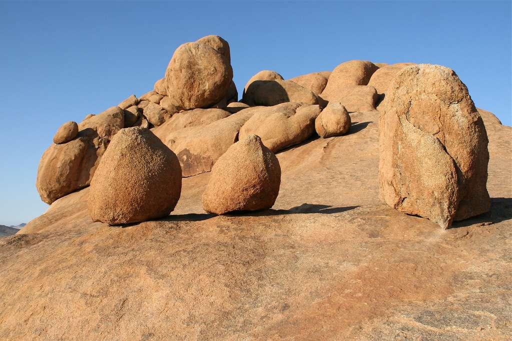 Les roches granitiques du Spitzkoppe sont impressionnantes. De nombreux mécanismes d'érosion sont à l'œuvre en ce lieu. © Martha de Jong-Lantink, Flickr, CC by-nc-nd 2.0