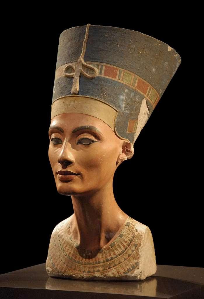 La célèbre statue de Néfertiti, conservée au Neues Museum de Berlin, montre une femme d'une grande beauté qui fascina des générations. © DR