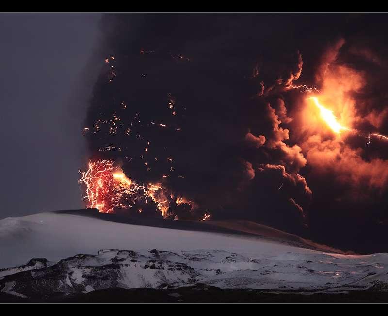 Eruption de l' Eyjafjallajökull : cendres et éclairs de nuit 2