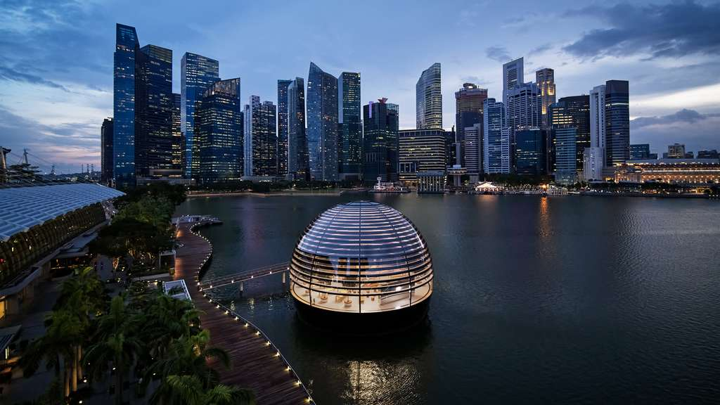 Le dôme flottant offre une vue à 360° sur Marina Bay Sands, un immense complexe commercial et hôtelier de Singapour. © Apple