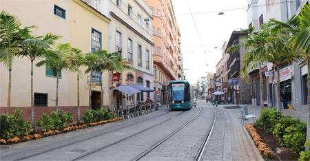 Le tramway circule dans des rues interdites aux voitures. © MTSA