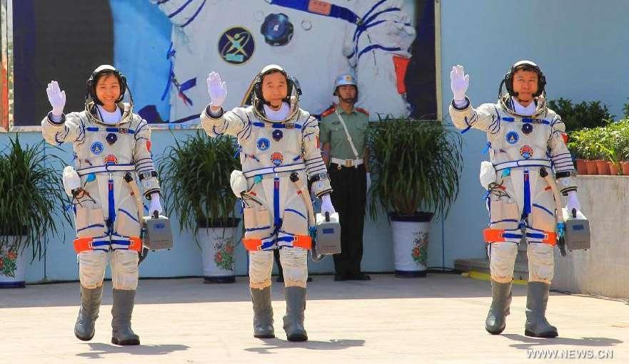 L'équipage de Shenzhou-9, avec à gauche la première taïkonaute Liu Wang et ses deux collègues, Jing Haipeng et Liu Wang (à droite). © Xinhua/Li Gang