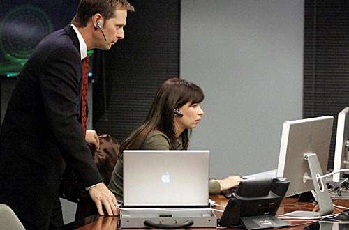 """In 24 hours flat, the """"good guys"""" actually had Macs ... and the bad guys owned Dell.  © 20Th Century Fox"""