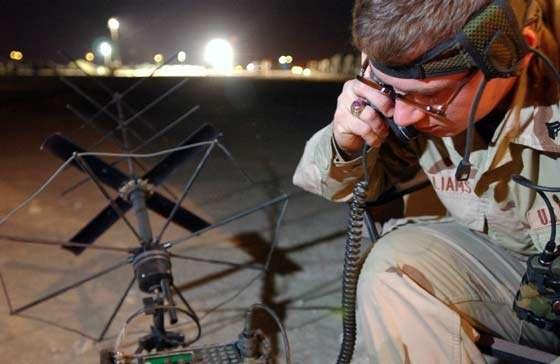 Un soldat du 22eme corps des Marines équipé de moyens de communications VHF portables communiquant les mouvements au sol au Control Point durant les opérations en Iraq en 2003. Plusieurs parmi ces militaires étaient également radioamateurs et ont établi durant leurs loisirs des liaisons HF avec l'Europe et les autres continents © Documents U.S.Navy et A.F. Link.