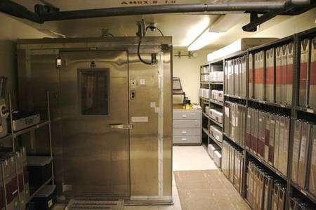 Intérieur de la chambre froide contenant de nombreuses archives. A gauche, le congélateur renfermant les précieux films argentiques. Crédit NASA/Univ. Arizona.