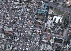 Port-au-Prince avant le séisme (cliquer sur l'image pour l'agrandir). Le bâtiment blanc est le National Palace, le palais présidentiel. Image Google Earth
