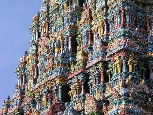 Les tours du temple de Mînâkshî offrent un panorama haut en couleur avec ses animaux, ses dieux et ses démons peints. © Kmacelwee