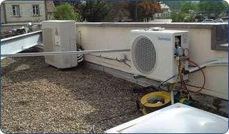 Installations de climatisation sur le toit d'un immeuble. © Climamaison