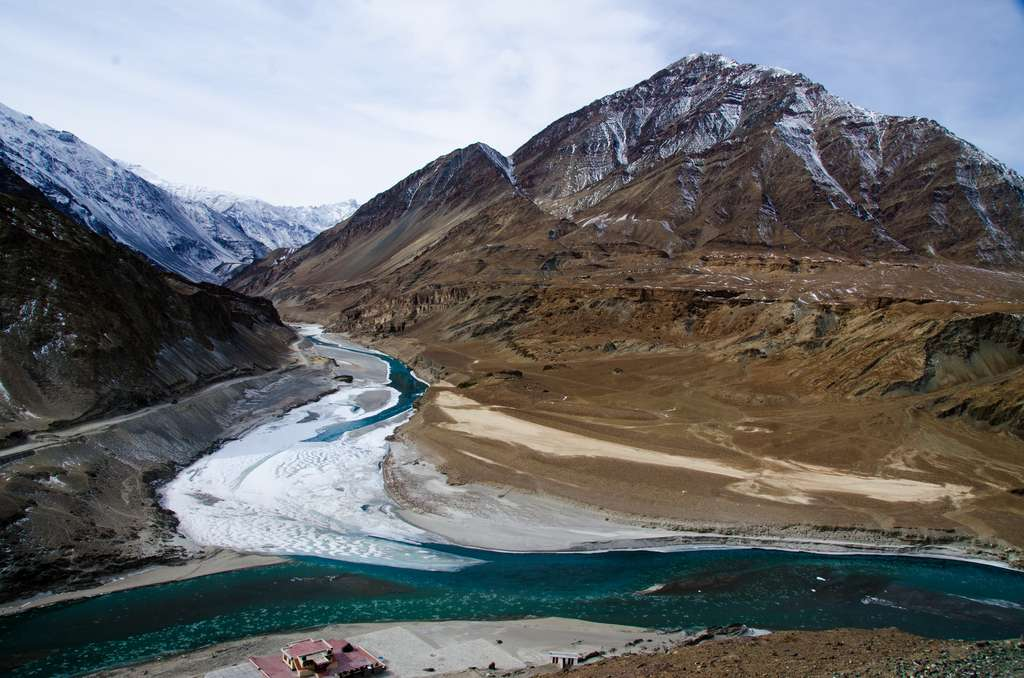 La confluence entre le Zanskar et l'Indus en Inde. Les glaciers himalayens alimentent en eau dix des plus importants réseaux fluviaux du monde. © Pradeep Kumbhashi, Flickr