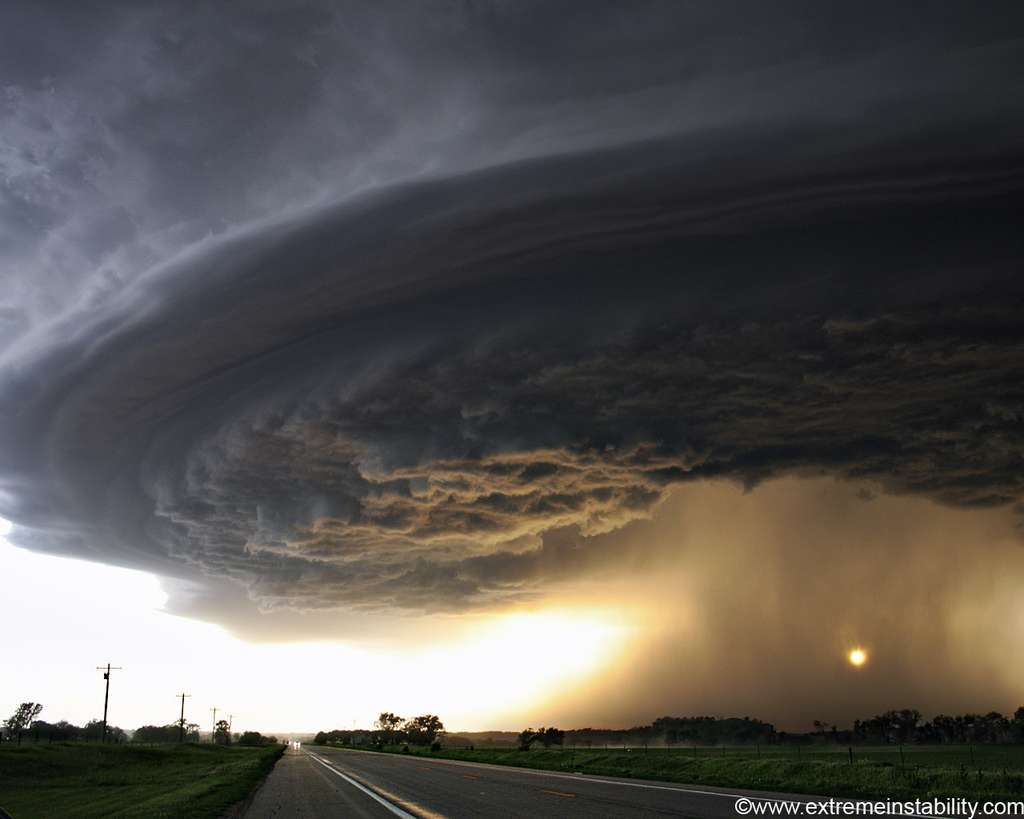 Cet orage supercellulaire s'est produit dans le Nebraska en mai 2004. La photo a été prise par un chasseur de tempêtes. © extremeinstability.com