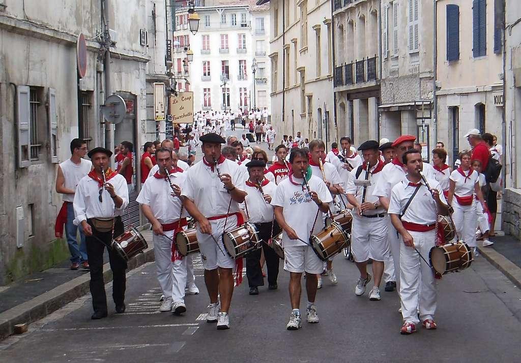 Les txistus de Jo Txistua (joueurs de flûte basque), lors des fêtes de Bayonne. © Errota, Wikimedia Commons, domaine public