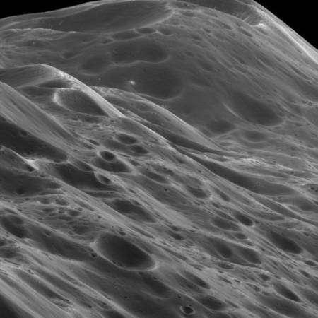 Images de la chaine de montagne précédente prises à 3 870 kilomètres de distance. Un pixel correspond à un détail de 23 mètres et le sommet se trouve ici à environ 10 km de hauteur Crédit : NASA/JPL/Space Science Institute