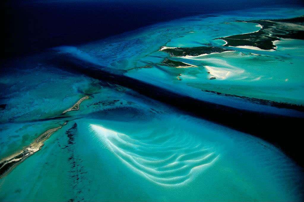 Îlot et fond marin, Exuma Cays, Bahamas (24°28' N - 76°46' O). Ces eaux limpides abritent l'un des univers sous-marins les plus riches du monde. Situé au sud-est de la Floride et au nord d'Haïti et de Cuba, l'archipel des Bahamas est constitué de plus de 700 îles ou îlots d'origine corallienne. Près de 260 000 ha marins et terrestres d'une exceptionnelle biodiversité sont aujourd'hui protégés par le Bahamas National Trust. © Yann Arthus-Bertrand - Tous droits réservés