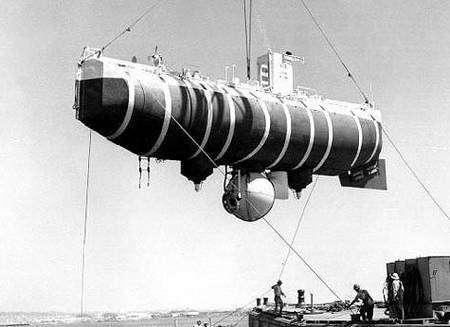 Le bathyscaphe Le Trieste. Crédit : U.S. Naval Historical Center Photograph