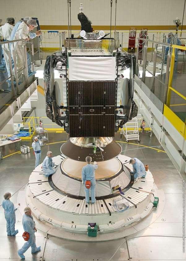 Installation du satellite Hylas-2 sur son lanceur, en position basse. © Baudon, Esa, Cnes, Arianespace, CSG