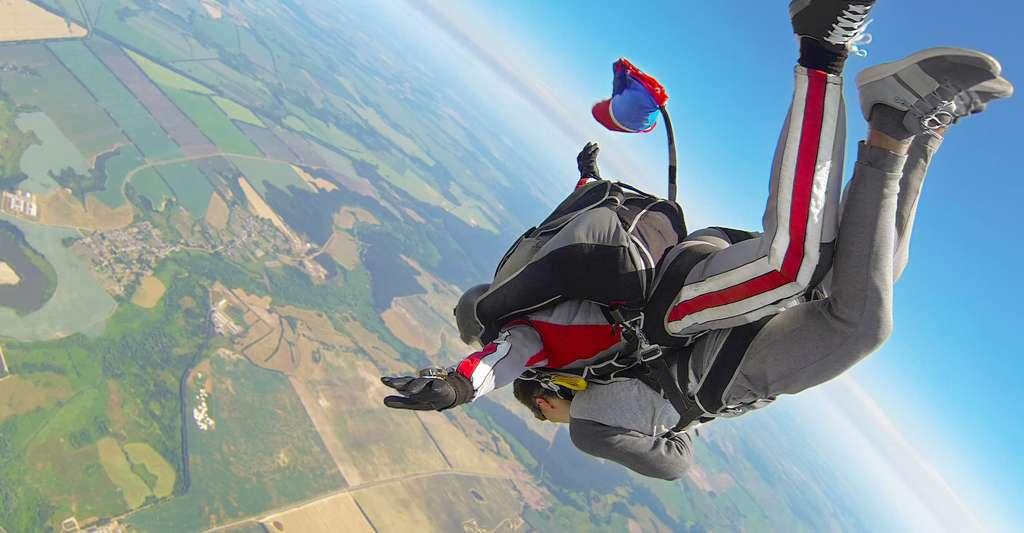 En tandem, le saut s'effectue à une altitude maximale de 4.000 mètres. Une altitude généralement atteinte par l'avion en une vingtaine de minutes. La chute libre dure alors jusqu'à une minute. Et c'est à quelque 1.500 mètres du sol que le parachute est ouvert. La fin de l'expérience durera ensuite quatre à cinq minutes. © vladimirzhorga, Fotolia