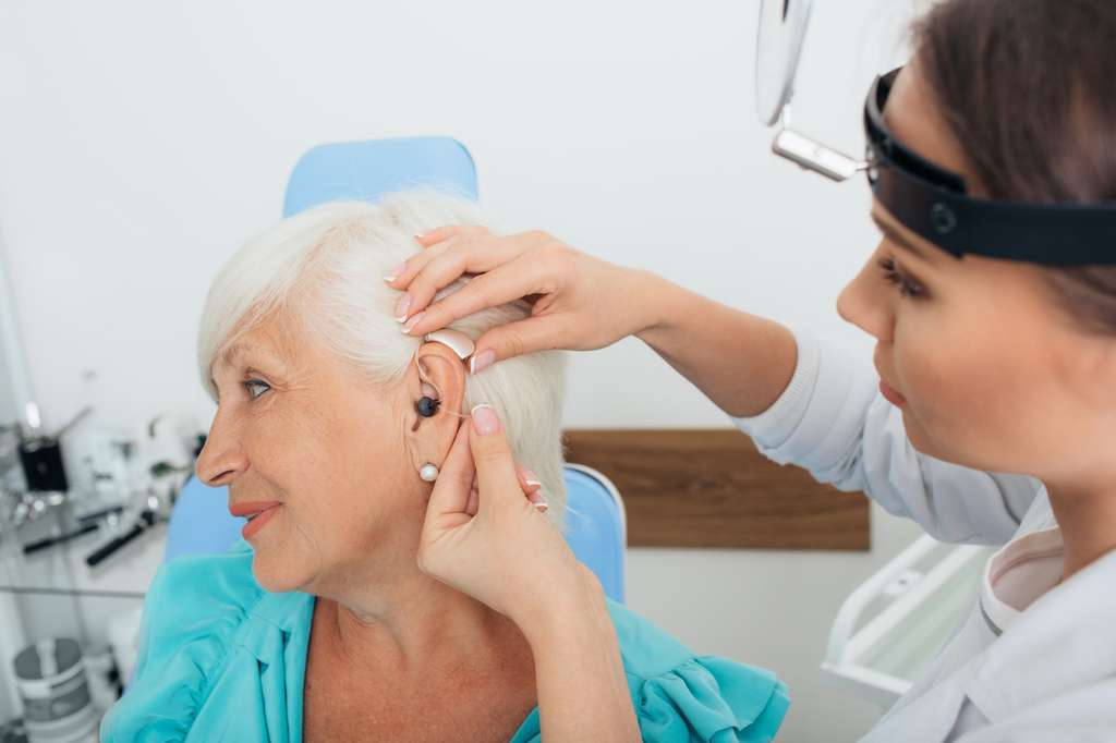 L'audioprothésiste aide le patient dans le choix du modèle le plus adapté à sa pathologie et l'adapte sur-mesure à son oreille. © Erica Smit, Fotolia.