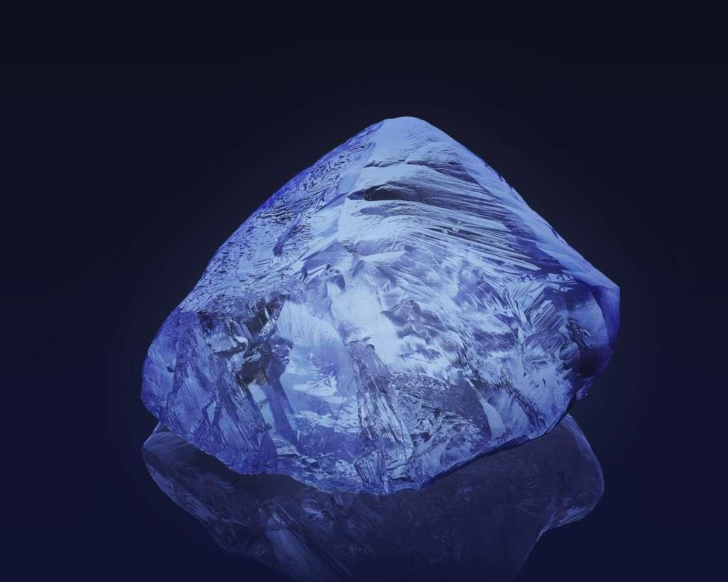 Les diamants contenant des atomes d'azote donnent une lumière bleutée lorsqu'ils sont « excités » par un rayonnement UV. © Alrosa