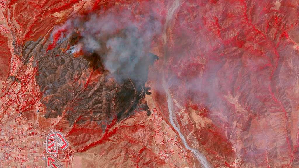 En Californie, l'été 2020 a été terrible. L'État a été la proie d'incendies géants qui se sont formés à partir d'une multitude de feux déclenchés par des milliers d'éclairs qui ont ensuite fusionnés en « complex », terme employé par Cal Fire, l'agence en charge de la gestion des incendies en Californie. L'image satellite montre « l'Apple Fire » qui a ravagé l'est de la Californie (août 2020). © 2020 Planet Labs, Inc.