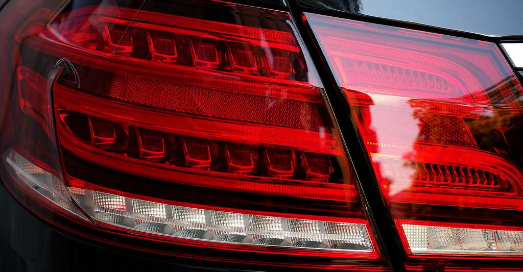 Feux arrière de voiture en LED. © Hans, Domaine public