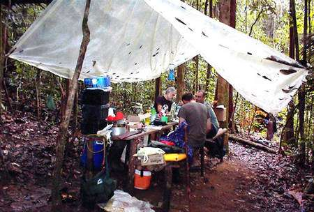Les conditions de travail des biologistes en forêt amazonienne sont parfois plutôt rustiques. Ici, en décembre 2000, au Pic Matecho (environs de Saül, Guyane). Six biologistes posés par hélicoptère avec tout leur barda, puis repris au même lieu 12 jours plus tard. © François Catzeflis