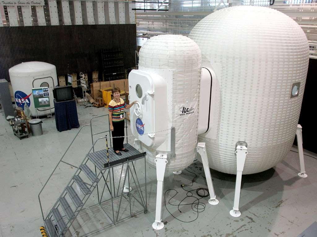 Karen Whitley, responsable du projet Structures gonflables de la Nasa, teste en 2007 un prototype de ce type, réalisé par la société ILC Dover, qui pourrait être utilisé sur la Lune ou Mars. © Nasa / Jeff Caplan
