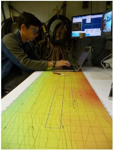 Les scientifiques à bord du JOIDES Resolution travaillent sur les cartes bathymétriques du rift du Hess Deep, pour déterminer le prochain lieu de forage. © Jean-Luc Berenguer