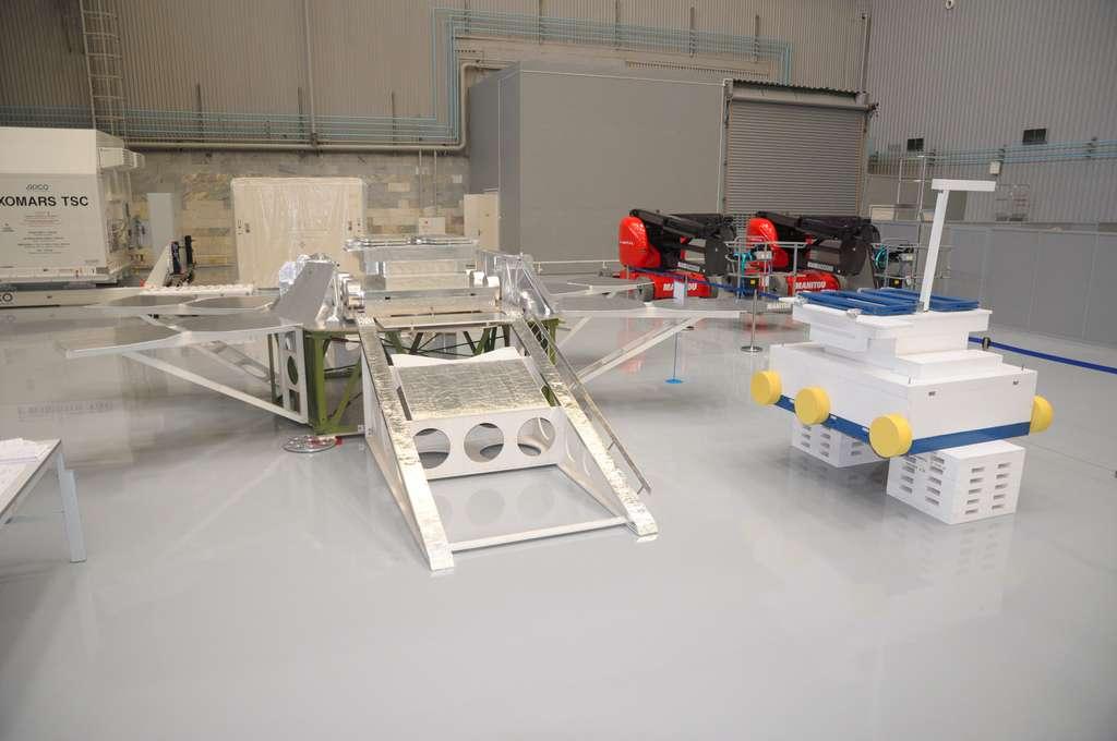 On peut vraiment parler de squelette de la plateforme d'ExoMars 2020. À droite, une maquette du rover ExoMars 2020 utilisé comme gabarit et pour s'assurer qu'il descendra bien de la plateforme en roulant sur la rampe (noter les rambardes pour empêcher le rover de tomber). © Lavochkin Association