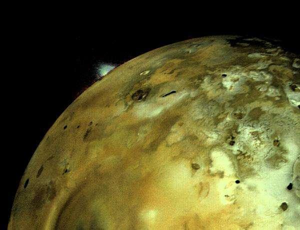 Pendant longtemps, les volcans en éruption sur Io sont passés inaperçus, car l'observation des détails sur sa surface était au-delà des capacités des télescopes terrestres en raison de sa petite taille apparente. Le satellite galiléen mesure en effet 3.600 km de diamètre, soit presque la même taille que notre lune, mais est situé beaucoup plus loin, à 4,2 fois la distance entre la Terre et le Soleil, soit 630.000.000 km. Cette photo a été prise le 4 mars 1979 par la sonde Voyager 1. Elle montre un panache volcanique s'élevant à plus de 100 km de hauteur en quelques minutes seulement. Sa luminosité a été augmentée par traitement de l'image avec un ordinateur pour le rendre plus facilement visible, mais la couleur du panache (blanc verdâtre) a été préservée. © Nasa, JPL, University of Arizona