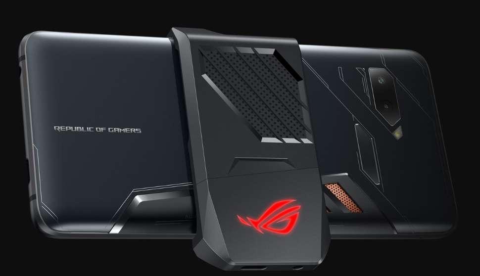 Sous le capot, la puissance du Snapdragon 845 associé au GPU Adreno 630 et 8 Go de mémoire vive ne suffisaient pas. Asus l'a donc overclocké pour qu'il devienne le processeur le plus puissant du moment. Pour refroidir l'ensemble, le constructeur fournit un module de ventilation détachable. © Asus