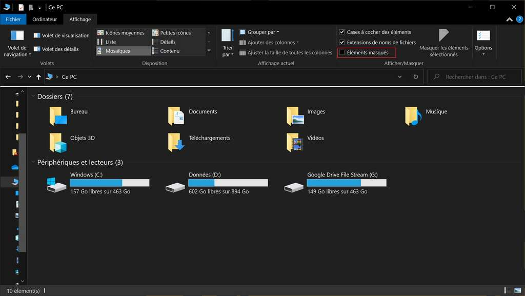 La case «Éléments masqués» détermine si l'explorateur affiche les fichiers et dossiers cachés. Par défaut, elle est décochée. © Microsoft