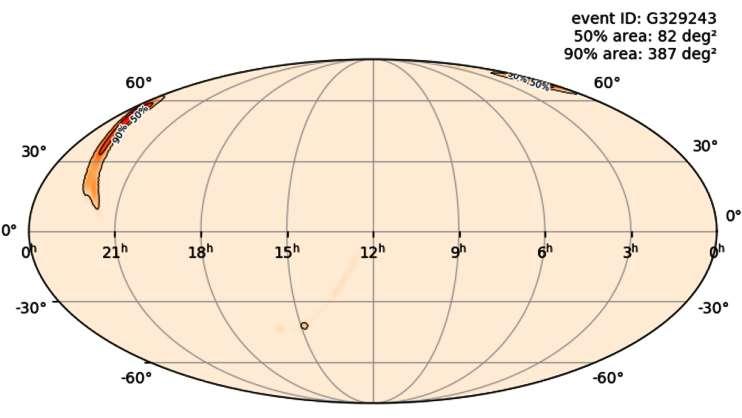 Une première alerte publique de détection d'une onde gravitationnelle, envoyée le 8 avril 2019, décrit ce que l'on pense être une fusion de trous noirs binaires qui s'est produite à environ 4 milliards d'années lumière de distance (1473 ± 358 Mpc). Les observatoires Hanford et Livingston de LIGO, et le détecteur Virgo, en Italie, étaient tous en mode d'observation à l'époque, et ont contribué à la détection. La combinaison des données obtenues par chaque site a donné la carte ci-dessus. La région du ciel, supposée contenir la source de l'onde gravitationnelle détectée, couvre une superficie de 387 degrés carrés, soit près de 2.000 pleines lunes, coupant à peu près les constellations de Cassiopée, du Lézard, d'Andromède et de Céphée. © LIGO, Caltech / MIT